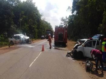 Bomba membersihkan jalan selepas kejadian nahas melibatkan tiga kenderaan. - Foto Ihsan Bomba