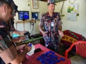 Anggota BGB menunjukkan antara bungkusan pil yaba yang dirampas susulan operasi anti nerkotik sebelum ini. - Foto AFP