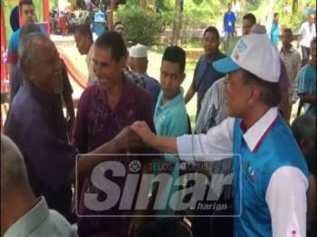 Anwar sempat beramah mesra dengan penduduk yang hadir pada Majlis dialog bersama penoreh getah seluruh Padang Terap di Pengkalan Tok Mas, Mukim Pedu, dekat sini.