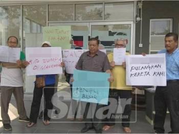 Rashidi (tengah) bersama mangsa lain dari sekitar Lembah Klang berkumpul di premis syarikat hartanah terbabit bagi menuntut hak mereka.