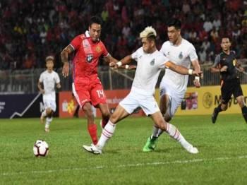Tarragona (kiri) menamatkan kontrak bersama Kelantan selepas hanya dua bulan beraksi bersama pasukan itu dalam kempen Liga Premier, musim ini.