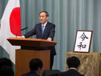 Ketua Setiausaha Kabinet Jepun, Yoshihide Suga mengumumkan nama era baharu Reiwa di pejabat perdana menteri di Tokyo hari ini.- Foto AFP