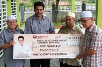 Ahmad Bakary (kanan), dan ahli kariah surau berkenaan menerima replika cek daripada Sivasubramaniam.