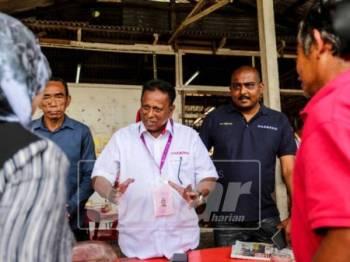 Calon PH PRK DUN Rantau,Dr S. Streram meninjau kawasan dan sembang santai bersama penduduk kawasan di gerai makan Simpang Linsum Rantau. -Foto Adam Amir Hamzah
