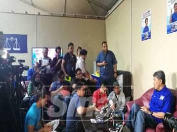Mohamad ketika menjawab soalan media di bilik gerakan utama BN di Kampung Ulu Kanchong, di sini, hari ini.