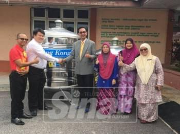 Majlis penyerahan dua buah tangki keluli oleh ADUN Duyong, Damien Yeo kepada Guru Besar SK Pendidikan Khas Melaka, Mohd Zaki Baharom hari ini.