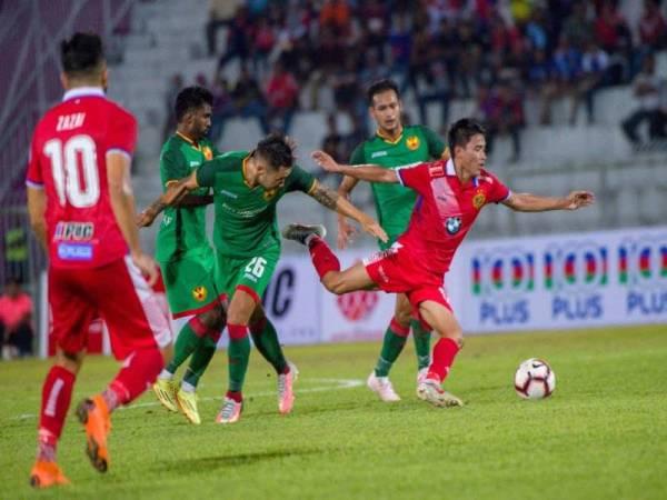 Pemain Kelantan, Mohamad Hakimi Abdullah (depan) hampir terjatuh ketika diasak pertahanan import Selangor, Michal Nguyen pada perlawanan pusingan kedua Piala FA di Kota Bharu, sebentar tadi.