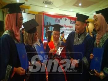 Iffah Syazwani (tengah) menerima ucapan tahniah rakan-rakannya selepas menerima anugerah perdana pada majlis konvoksyen itu