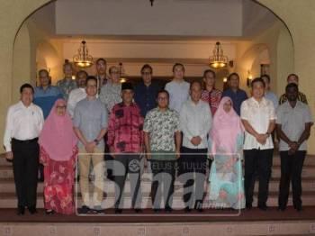 Amiruddin (lima, kanan) bergambar bersama sebahagian Exco Melaka selepas majlis Makan Malam bersama Kerajaan Melaka di Casa Del Rio, Kota Laksamana, di sini, malam tadi.