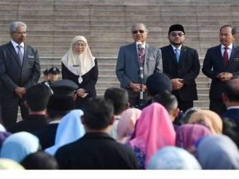 Perdana Menteri Tun Dr Mahathir Mohamad menyampaikan amanat pada perjumpaan bulanan bersama warga Jabatan Perdana Menteri di Dataran Putra, Bangunan Perdana Putra hari ini.Turut hadir Timbalan Perdana Menteri Datuk Seri Dr Wan Azizah Wan Ismail, Menteri di Jabatan Perdana Menteri Datuk Seri Dr Mujahid Yusof Rawa (dua, kanan) dan Ketua Setiausaha Negara Datuk Seri Dr Ismail Bakar (kanan). - Bernama