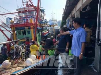 Muhammad Faiz melihat pendaratan ikan di komplek perikanan di Chedering dan Besut.