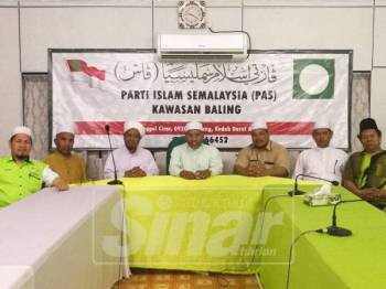 Idris (tengah) bersama pimpinan dan AJK Pas Baling dalam sidang media di Pejabat Pas Baling