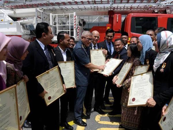 Ketua Pengarah Jabatan Bomba dan Penyelamat Malaysia (JBPM) Datuk Mohammad Hamdan Wahid (lima, kiri) beramah mesra bersama pengamal media pada Majlis Istiadat Pengurniaan Pingat Kebesaran JBPM di ibu pejabat jabatan itu hari ini.