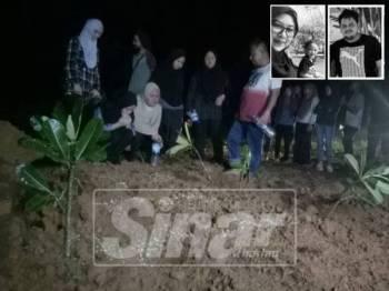 Anak-anak pasangan berkenaan memberi penghormatan terakhir kepada kedua ibu bapa dan adik bongsu mereka di Tanah Perkuburan Felda Chuping malam tadi.
