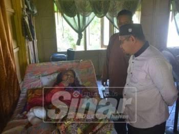 Dr Khairuddin (kanan) melawat dua pesakit strok sempena kunjungannya ke Kebor Air.
