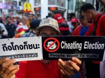 Penyokong kumpulan antijunta mendakwa berlaku penyelewengan dalam kiraan undi pilihan raya pada 24 Mac lalu. Gambar kecil: Apirat Kongsompong