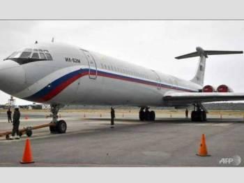 Sebuah pesawat tentera Ilyushin Il-62M milik Rusia yang dihantar ke Venezuela minggu lalu ditempatkan di Lapangan Terbang Antarabangsa Simon Bolivar.- Foto AFP