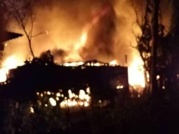 Empat rumah setinggan musnah dalam kebakaran awal pagi tadi. - Foto ihsan bomba