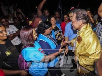 Anwar disambut penyokong ketika hadir pada program di Taman Sri Ramai. - Foto Sinar Harian Adam Amir Hamzah