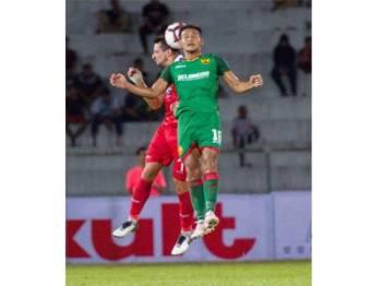 Pemain Kelantan, Mohamad Hakimi Abdullah diasak pemain Selangor, K Prabakaran (kanan) pada pertemuan pusingan kedua Piala FA di Kota Bharu, malam tadi.