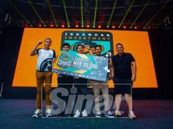Juara CS:GO, pasukan 'Beyond Esports' menerima hadiran kemenangan dari Kenrick Tan.