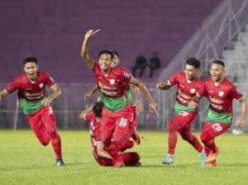 Fakhrulzaman (depan) meraikan jaringan bersama rakan sepasukan sekali gus membantu Kelantan United FC menumpaskan Sabah 1-0 pada aksi pusingan kedua Piala FA di Kota Bharu, sebentar tadi.