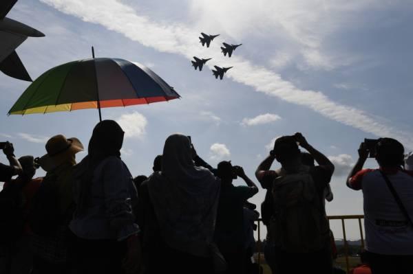 Orang ramai tidak melepaskan melihat pertunjukan aerobatik meskipun dalam keadaan cuaca panas sempena Pameran Aeroangkasa dan Maritim Antarabangsa Langkawi 2019 (LIMA'19). -Foto Bernama