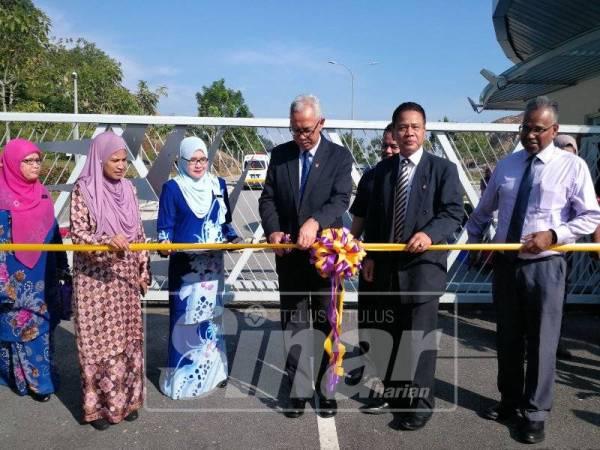 Dr Mohd Azraai (tengah) memotong riben sebagai simbolik perasmian pembukaan laluan utama UiTM Cawangan Selangor.
