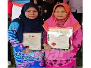 Rodziah (kiri) dan Sakdiah menerima Anugerah Wanita DUN Paroi