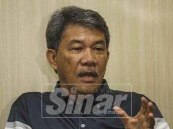Calon Barisan Nasional PRK DUN Rantau,Datuk Seri Mohamad Hasan ketika bercakap pada sidang media di command centre BN hari ini. - Foto: ADAM AMIR HAMZAH