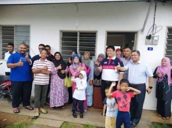 Zahran (pertama, kanan) bergambar bersama bakal penghuni rumah Taman Muafakar Dulang.