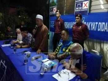 Tuan Ibrahim (berdiri) ditemui  selepas ceramah di Kampung Pasir Linsum, malam tadi.