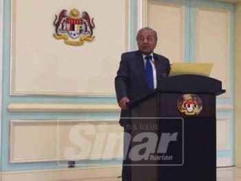 Dr Mahathir ketika bercakap pada sidang media di Pejabat Perdana Menteri, di sini, hari ini.