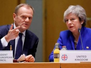 May (kanan) menghantar surat kepada Presiden Majlis EU meminta tempoh lanjutan sekali lagi.