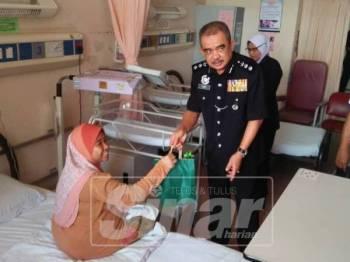 Noorzainy menyampaikan sumbangan kepada pesakit di wad kanak-kanak Hospital Kepala Batas.