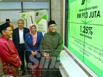 Datuk Seri Dr. Mujahid Yusof bersama Dato Sri Zukri Samat, Hajah Fuziah Salleh mengumumkan Hibah Lembaga Tabung Haji 2018 di Majlis Taklimat Prestasi Lembaga Tabung Haji dan Pengumuman Hibah 2018. - Foto: ZAHID IZZANI