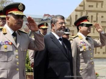 Al-Sisi (kanan) pernah menjadi menteri pertahanan ketika di bawah pemerintahan Mursi.