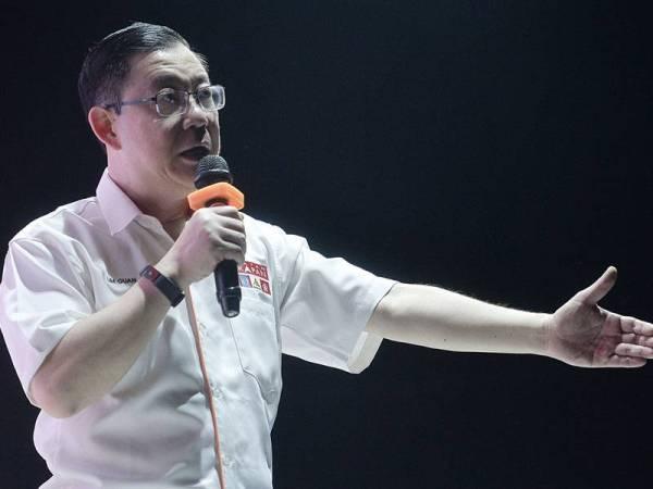 Menteri Kewangan merangkap Setiausaha Agung Parti DAP Lim Guan Eng berucap ketika hadir di Kuala Sawah bagi membantu calon Pakatan Harapan (PH) Dr S Streram berkempen hari ini. - Foto Bernama