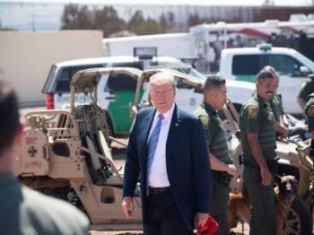 Trump tiba di Calexico untuk mengadakan pertemuan dengan pegawai peronda sempadan AS.