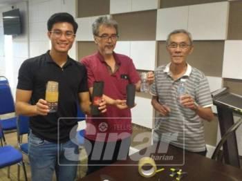Ching Keat (dua kanan) dan Loyis (kiri) menunjukkan perangkap nyamuk DIY yang semakin mendapat sambutan baik