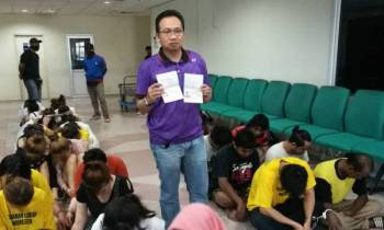 Kamalludin menunjukkan dua dokumen palsu yang digunakan oleh warga asing yang ditahan.