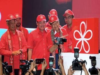 Perdana Menteri yang juga Pengerusi Parti Bersatu Tun Dr Mahathir Mohamad (dua, kanan) menunjukkan logo Bersatu selepas Majlis Pelancaran Parti Pribumi Bersatu Malaysia (BERSATU) Negeri Sabah di Pusat Komersil Teknologi Antarabangsa (ITCC) Penampang hari ini. Turut hadir (dari kiri) Presiden Bersatu Tan Sri Muhyiddin Yassin, Timbalan Presiden Bersatu Datuk Seri Mukhriz Mahathir, Penyelaras Bersatu Sabah Datuk Seri Panglima Hajiji Mohd Noor, dan Penyelaras Penubuhan Bersatu Sabah Datuk Mohd Rafiq Naizamohideen. - Foto Bernama