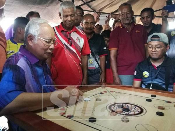 Najib meluangkan masa bersama peneroka yang hadir di Felda Chini di Restoran D Sawit Felda Chini 4 di sini hari ini.