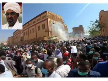 Penunjuk perasaan di Sudan tuntut peletakan jawatan Presiden Omar al-Bashir.  - Foto Reuters
