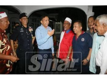 Zulkifli (tiga, kiri) dan Hasanuddin (dua,kiri) beramah mesra dengan pemimpin komuniti yang hadir pada Sesi Dialog Ketua Pengarah AADK Malaysia Bersama Pemimpin Komuniti.