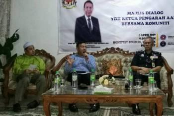 Zulkifli (tengah) bersama Hasanuddin (kanan) dan Rozi (kiri) semasa Sesi Dialog Ketua Pengarah AADK Malaysia Bersama Pemimpin Komuniti dekat Tendong.