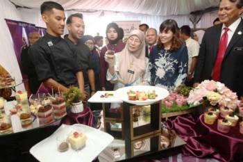 Wan Azizah ketika meninjau pameran yang disediakan sempena Sambutan 50 Tahun Jubli Emas Politeknik Malaysia di PUO hari ini.