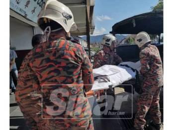 Anggota bomba membawa mayat ke Unit Forensik HTAA - Foto: FB Bomba Pahang