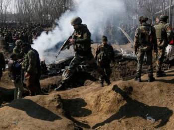 Pakistan menembak jatuh jet pejuang India ketika ketegangan memuncak antara kedua-dua negara pada akhir Februari lalu.