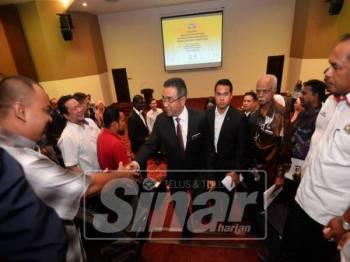 Adly bersalaman dengan wakil MPKK selepas menyempurnakan majlis perasmian Taklimat Pengurusan MPKK negeri di Auditorium Seri Negeri, Ayer Keroh, hari ini.